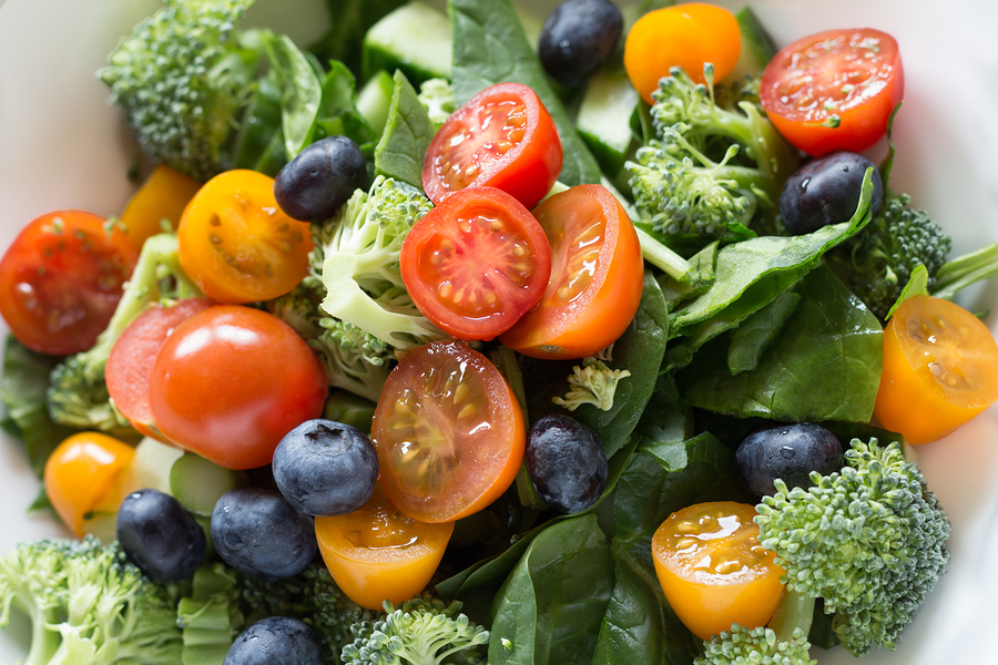 Salad rich in antioxidants(spinach, blueberries, broccoli) for eye floaters